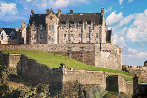 Эдинбургский замок в Шотландии, покрытый аутентичной сланцевой кровлей.