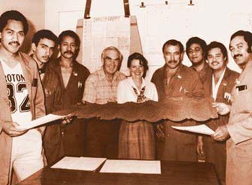Луи Фишер с командой держат первый лист черепицы Gerard